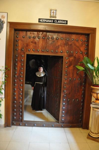 Sor María Cruz, Madre superiora del cenobio, custodia la puerta del convento.