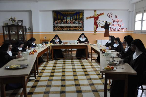 Durante la comida o refectorio se guarda absoluto silencio, que puede ser interrumpido por lecturas religiosas.